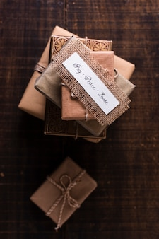 Flacher laienbaum aus verpackten geschenken