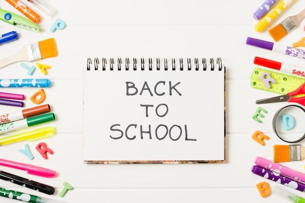 Flacher laienmodellnotizblock zurück zu schule