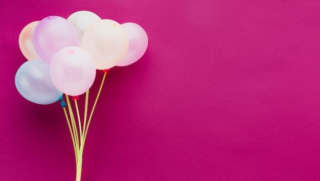 Flacher laienrahmen mit ballonen und rosa hintergrund