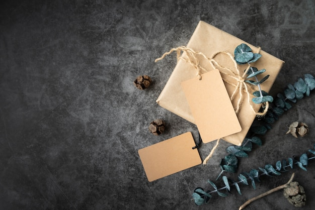 Flacher laienrahmen mit geschenk- und stuckhintergrund