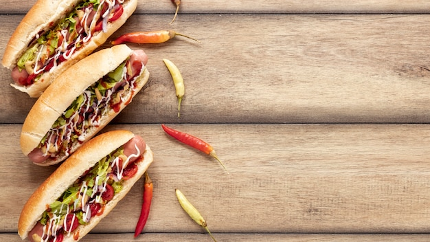 Flacher laienrahmen mit hot dogs und paprika