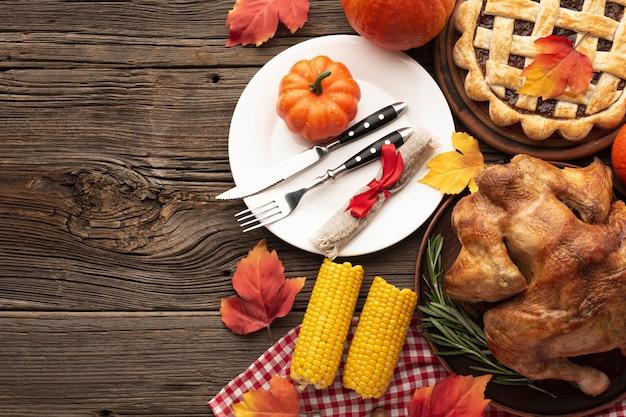 Flacher laienrahmen mit köstlichem essen und kopieraum