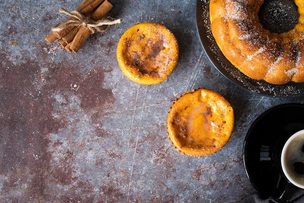 Flacher laienrahmen mit köstlicher torte und kopieraum