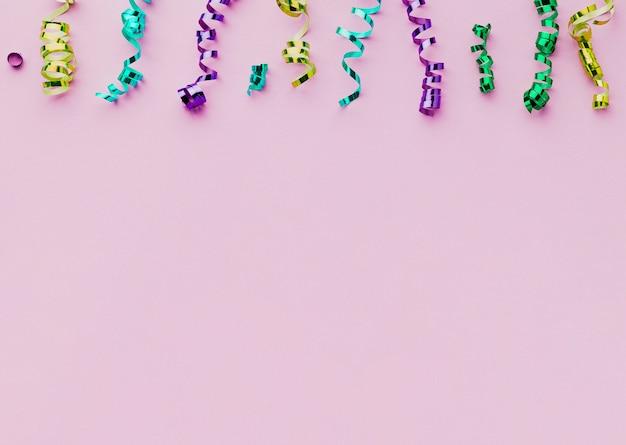 Flacher laienrahmen mit konfettis und purpurrotem hintergrund