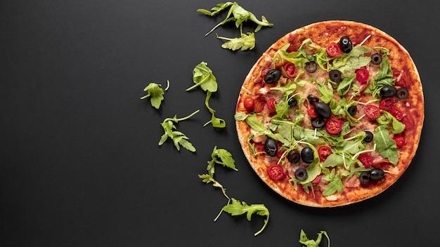 Flacher laienrahmen mit pizza und schwarzem hintergrund