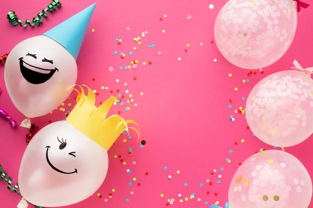Flacher laienrahmen mit süßen luftballons und conffeti