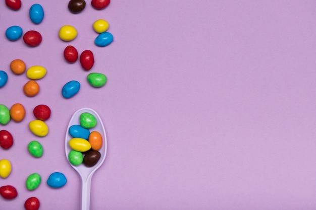 Flacher laienrahmen mit süßigkeiten und löffel