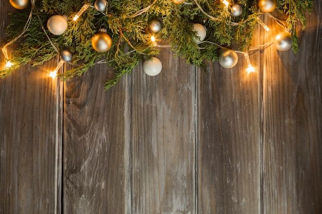 Flacher laienrahmen mit weihnachtsbaum und hölzernem hintergrund
