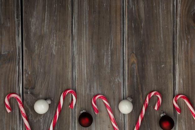 Flacher laienrahmen mit weihnachtskugeln und -süßigkeit