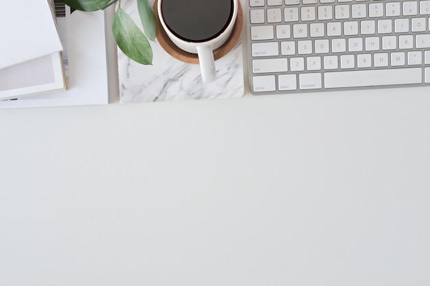 Flacher lay-top-view-schreibtisch. arbeitsbereich mit tastatur und bürobedarf.