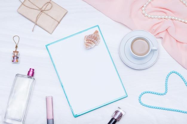 Flacher lay, weiblicher schreibtischarbeitsbereich der draufsicht mit kaffee, papierrohling. ideen, notizen oder planschreibkonzept.