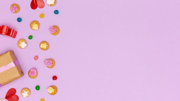 Flacher legenrahmen mit bonbons und kopieraum