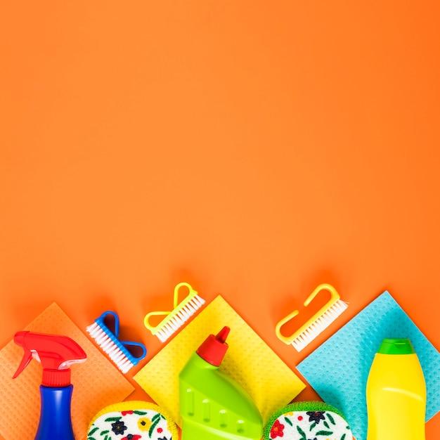 Flacher legenrahmen mit flaschen und kopieraum