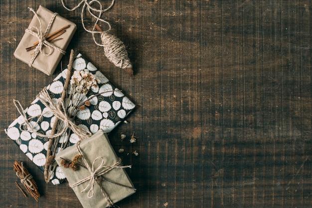 Flacher legenrahmen mit geschenken und kopieraum