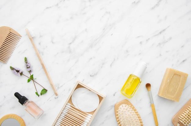 Flacher legenrahmen mit kosmetischen produkten und kopieraum