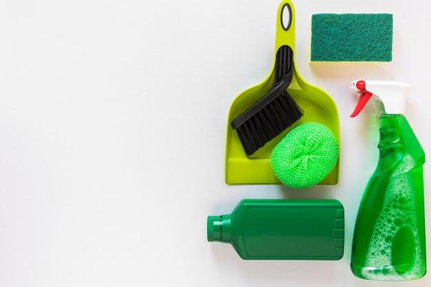 Flacher legenrahmen mit reinigungsprodukten und kopieraum