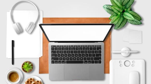 Flacher legensatz des freien arbeitsplatzes mit laptop- und stifttablette.