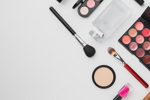 Flacher liegerahmen mit make-up und parfüm