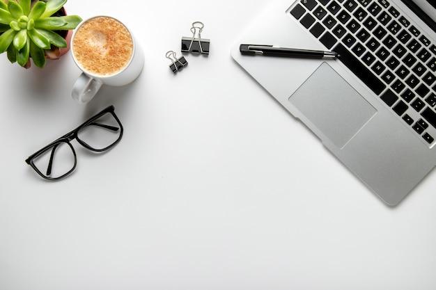 Flacher liegeschreibtisch mit laptop und brille
