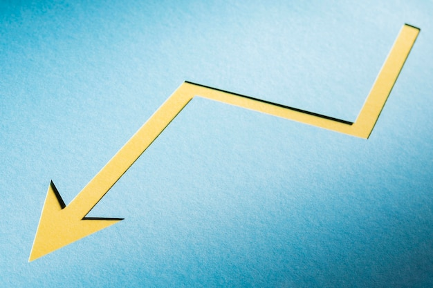 Flacher papierpfeil, der wirtschaftskrise anzeigt