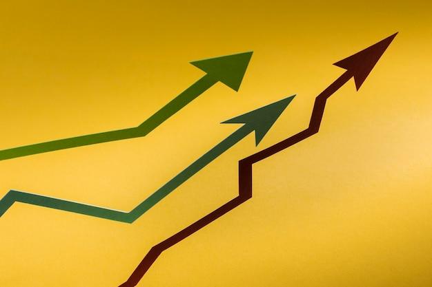 Flacher papierpfeil zeigt wirtschaftswachstum an