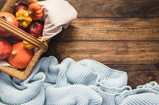 Flacher picknickkorb mit decke