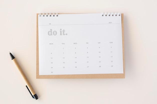 Flacher planer kalender und stift