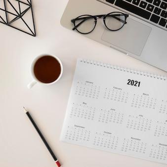 Flacher planer kalender und tasse kaffee