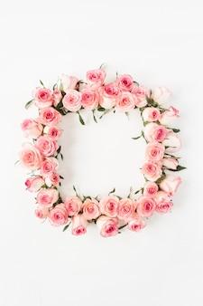 Flacher quadratischer rahmenrand mit leerem kopierraummodell aus rosa rosenblütenknospen auf weißer oberfläche