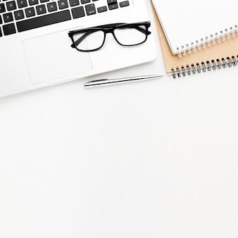 Flacher rahmen mit laptop und brille