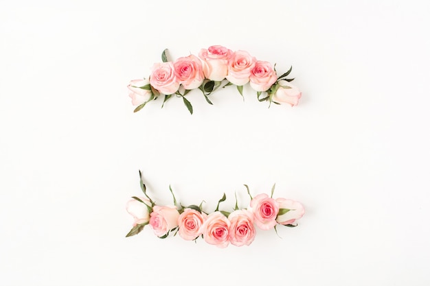 Flacher rahmenrahmen mit leerem kopierraummodell aus rosa rosenblütenknospen auf weiß