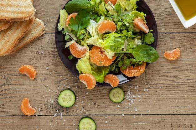 Flacher salat mit gemüse und obst