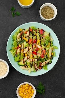 Flacher salat mit hühnchen und balsamico-essig