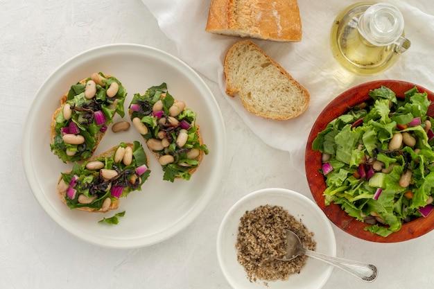 Flacher salat mit weißen bohnen auf brot