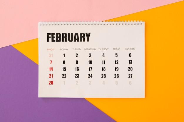 Flacher schreibtischkalender auf buntem hintergrund