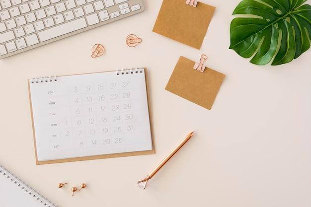 Flacher schreibtischkalender mit monstera-blatt