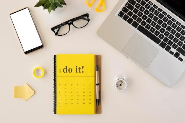 Flacher schreibtischkalender und laptop