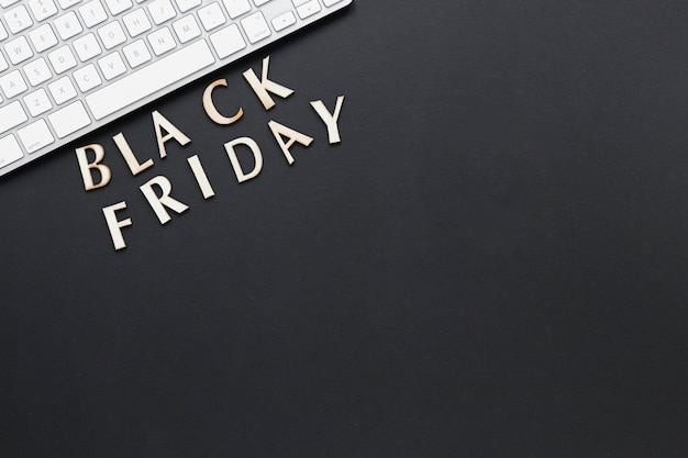 Flacher schwarzer freitag-text der lage nahe tastatur