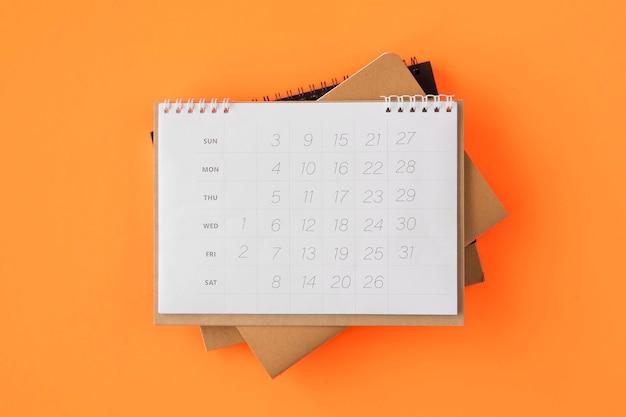Flacher stapel von planerkalendern