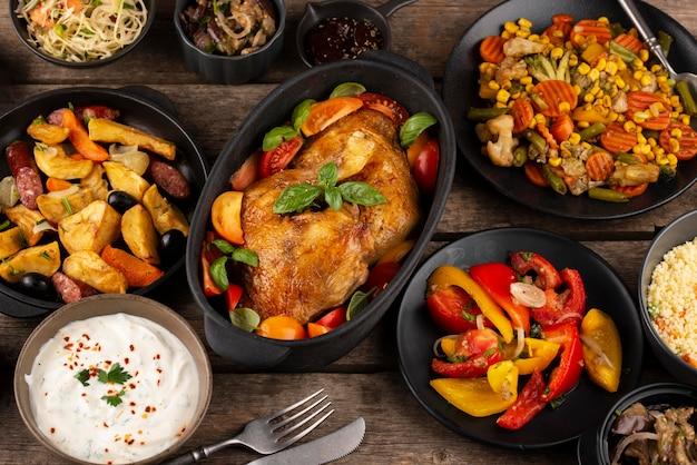 Flacher tisch voller köstlicher speisenzusammensetzung