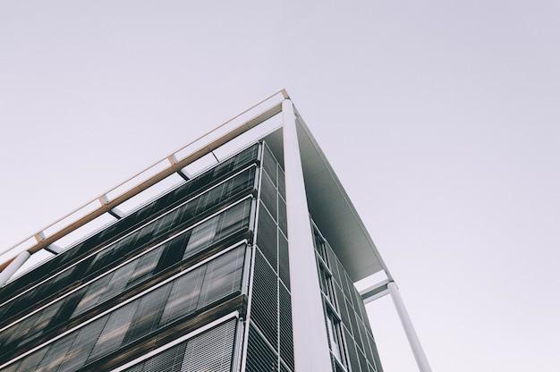 Flacher winkelschuss der ecke eines hohen geschäftsgebäudes