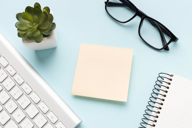 Flaches büroschreibtischsortiment mit leerem post-it