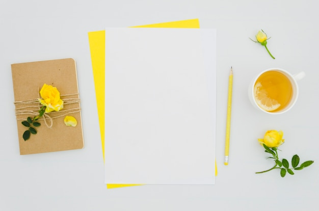Flaches büttenmodell mit floralen elementen