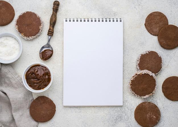 Flaches design von köstlichen alfajores mit kopierraum