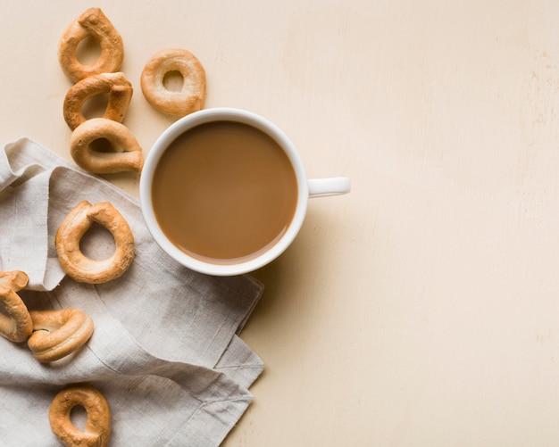 Flaches frühstückssortiment mit kaffee und gebäck