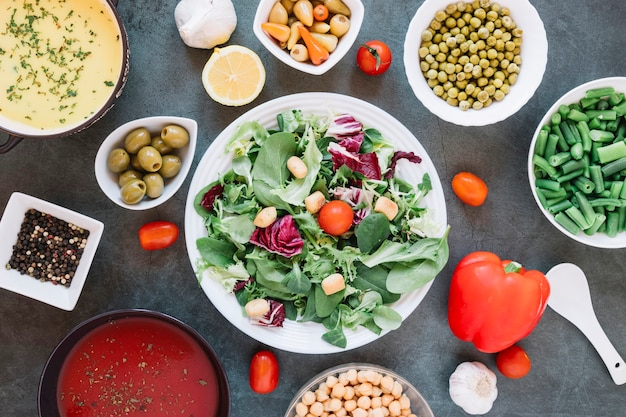 Flaches geschirr mit salat und kirschtomaten