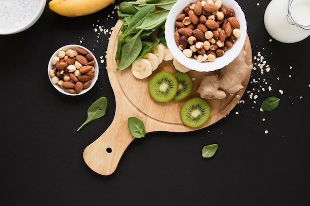 Flaches haferglas mit nussmischung und früchten