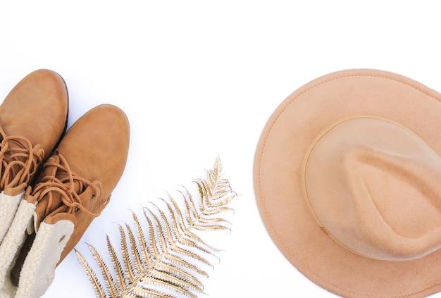 Flaches herbst- und wintermodefoto. herbstaccessoires filzhut und beige stiefel.
