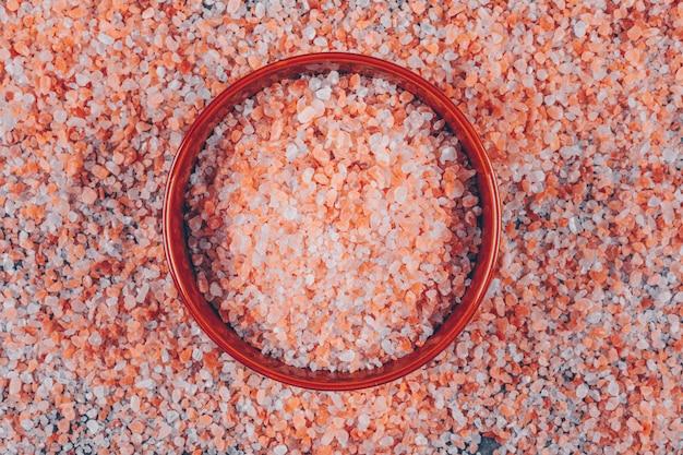 Flaches himalaya-salz in eine schüssel geben