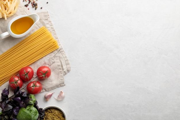 Flaches italienisches essen auf weißem hintergrund. speicherplatz und draufsicht kopieren